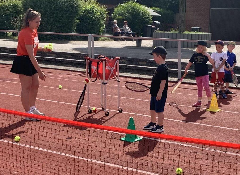 Trainerin mit Tenniskindern